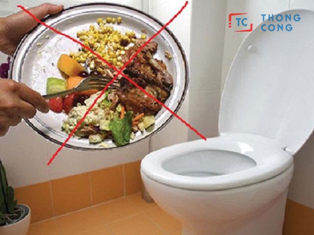Không đổ thức ăn thừa xuống bồn cầu vì dễ gây tắc