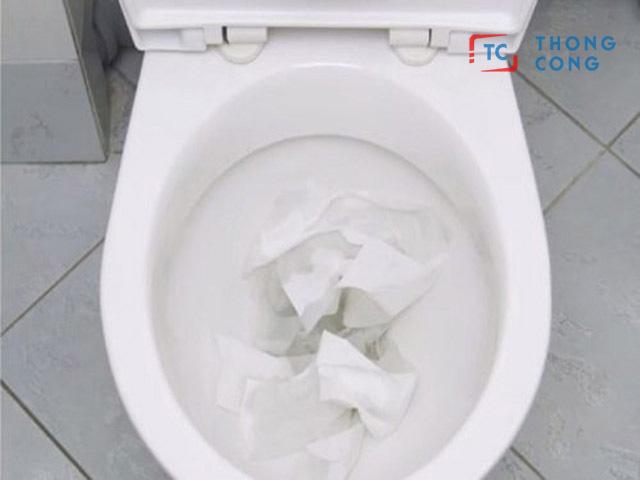 Vứt giấy vệ sinh bừa bài vào bồn cầu