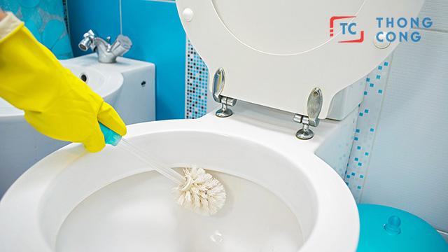 Hóa chất tẩy rửa ké chất lượng là nguyên nhân khiến bồn cầu bị tắc nghẹt